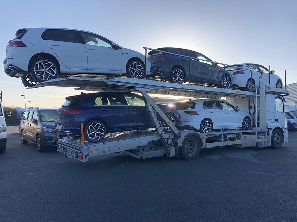 Camion transportant un véhicule
