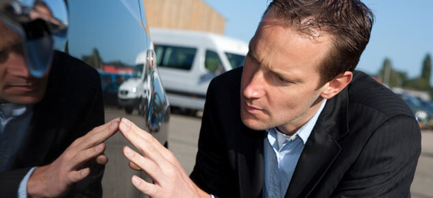 Expert en train d'analyser un véhicule